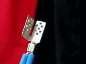 А вот так выглядят два соединительных кабеля, зафиксированные в одном контакте.