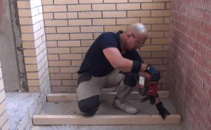 Бурим бетон на балконе с помощью перфоратора