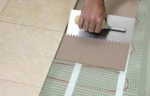 Нанесение клея по плитку