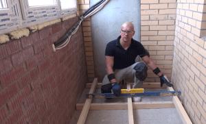 Определяем помощью строительного уровня верхний брус