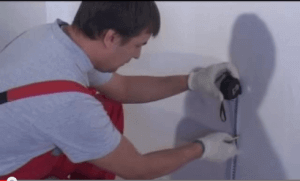 Отмеряем расстояние для размещения терморегулятора