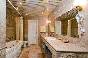 Потолок из алюминиевых панелей в ванной комнате - фото