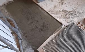 Процесс нанесения клея на поверхности
