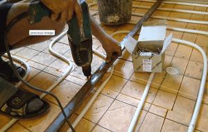 Процесс установки маяков для стяжки пола - фото