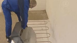 Процесс заливки цементной стяжкой