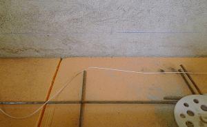 Проводим линию обозначающую верхний уровень будущей стяжки