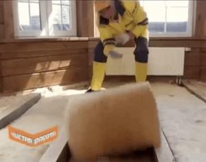 Раскладываем материал между лагами деревянного пола