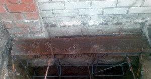 Размещаем конструкцию из арматуры и швеллера