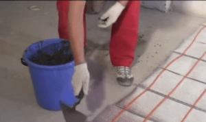 Разравнивание цемента с помощью мастерка