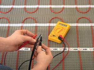 Соединяем провода электрического теплого пола и проверяем работоспособность