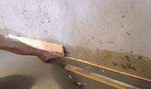 Срезаем острым ножом остатки выпирающей демпферной ленты