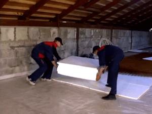 Укладка на слой гидроизоляции теплоизоляционного материала