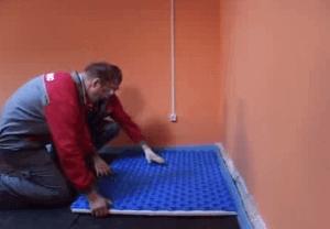 Укладываем пенополистироловые плиты