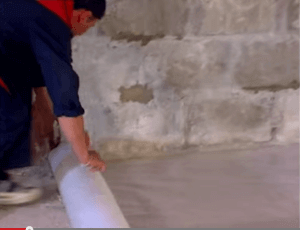 Укладываем плотный полиэтилен в качестве гидроизоляции