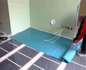 Укладываем защитный слой поверх теплого пленочного пола