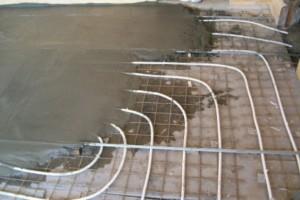 Заливаем трубы бетонной стяжкой - фото