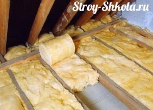 Процесс укладки минеральной ваты в пазы на крыше