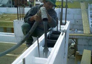 Процесс заливки бетона в несъемную опалубку