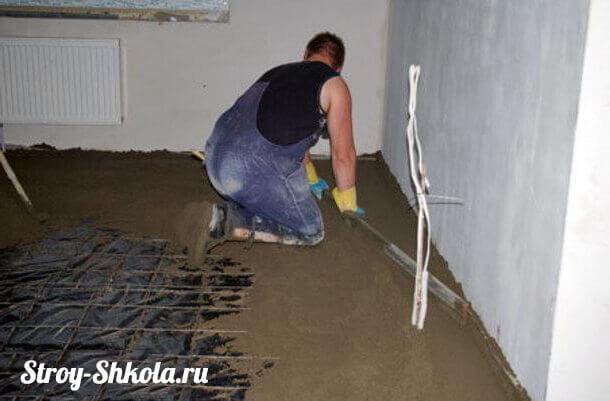 Процесс заливки бетонного пола в гараже