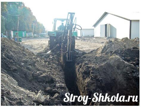 Проводим земляные работы по прокладке канализации