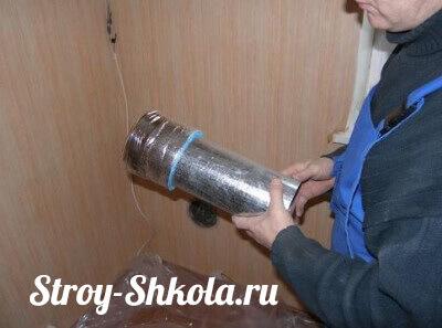 4. В отверстия вставляем трубы для притока воздуха