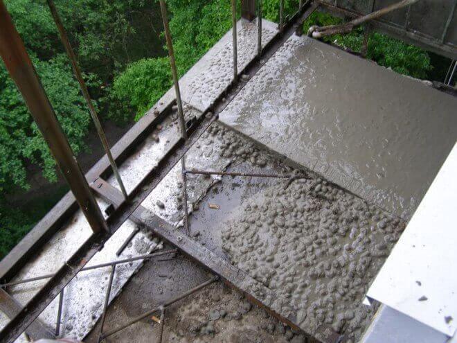 Нанесение цементного раствора на балкон