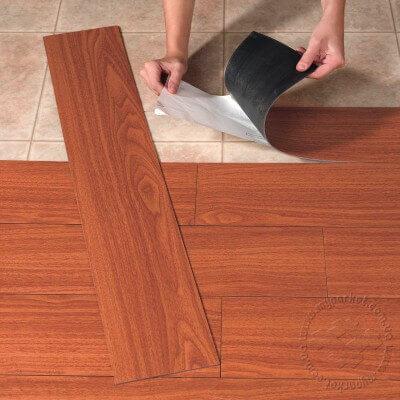 Рис. 7 Укладка самоклеющейся плитки