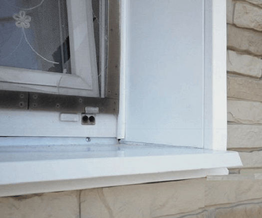 Окно с установленным на откосе отливом.
