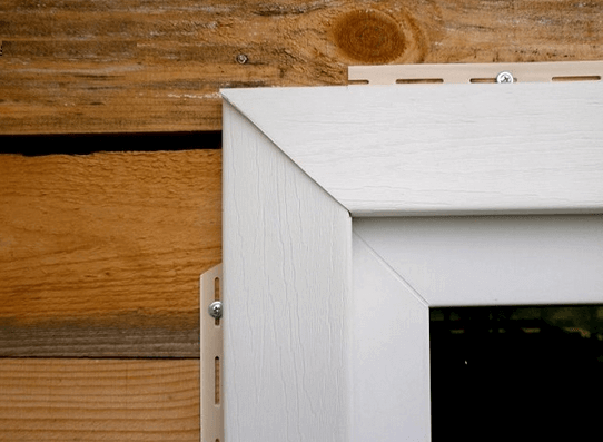 Внешний вид окна, обрамленного наличниками.