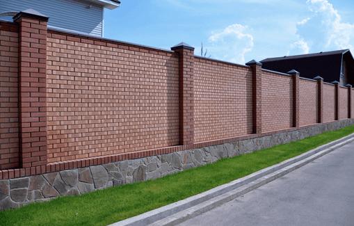 Полностью кирпичный забор, напоминающий крепостную стену, призван защитить «имение» хозяина от посторонних глаз.