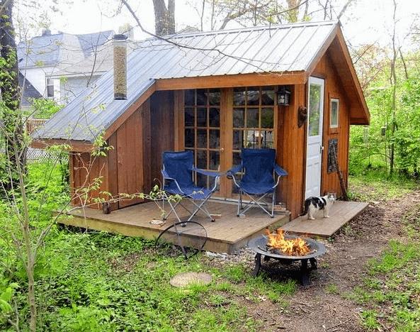 Так выглядит домик, сделанный из простых материалов, но с дизайнерским подходом.