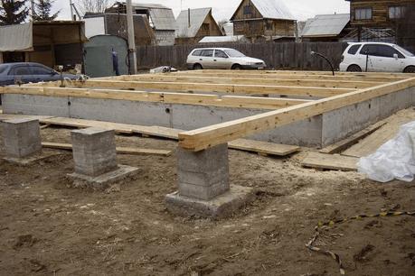 Лаги от первого ряда бруса выходят на столбчатый фундамент террасы.