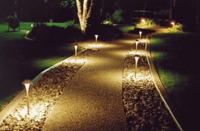 Пример освещения дорожек в саду.