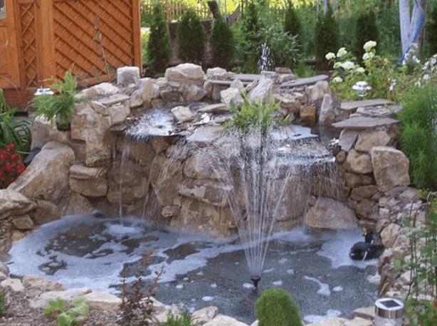 Один из вариантов фонтана с декором из камней.