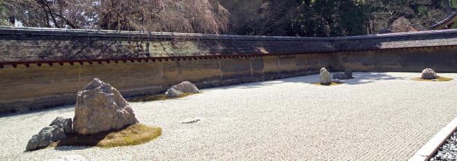Так выглядит самый известный сад камней в Киото при монастыре Реандзи