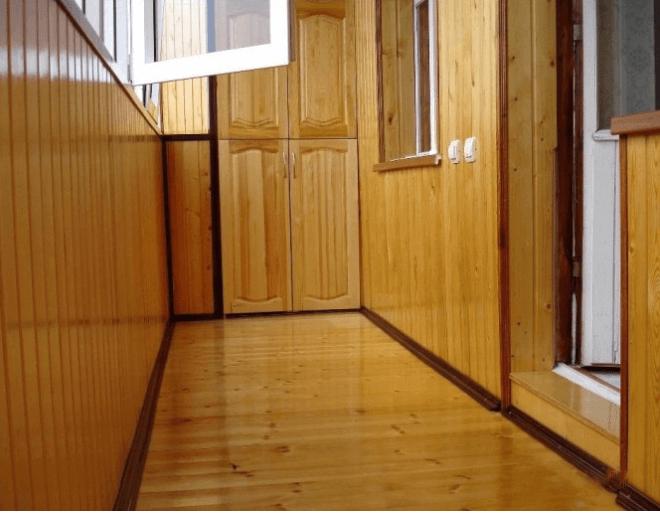 Отделанный современной вагонкой балкон смотрится очень шикарно.