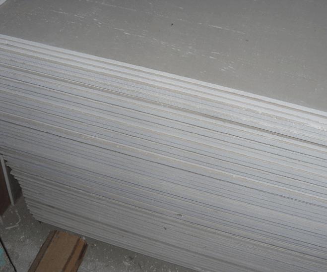 Базовый гипсокартон легко отличим по светло-серому цвету картонной поверхности.