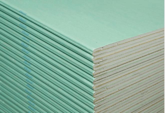 Зеленый цвет картонной облицовки говорит о том, что мы смотрим на влагостойкий гипсокартон