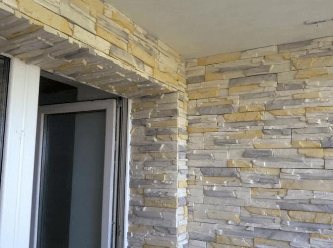 Так шикарно выглядит отделанный искусственным камнем балкон.