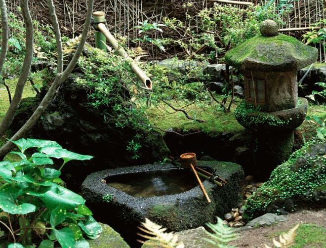 Цукубаи – неотъемлемая часть сада камней в японском стиле, нужная для омовения рук перед чаепитием.