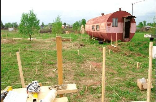 Разметка участка под винтовые сваи с помощью веревок и колышков