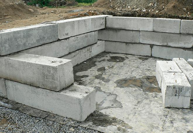 Сборный ленточный фундамент из железобетонных блоков.