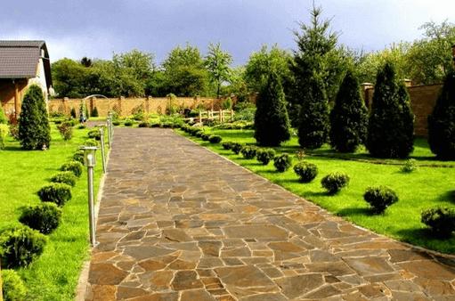 Самые элитарные – каменные садовые дорожки.