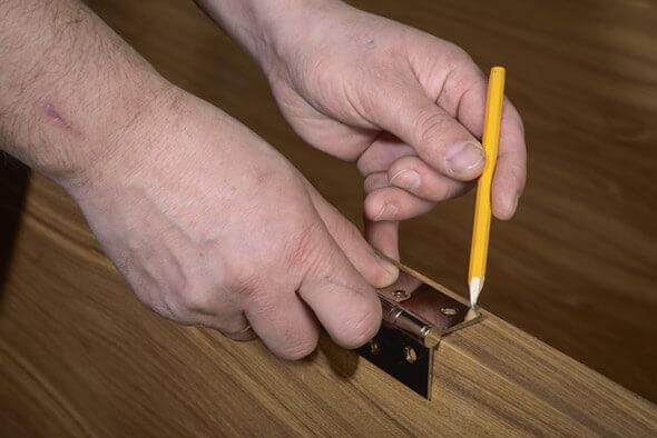 Нанесение меток для сверления отверстий для фиксации петель