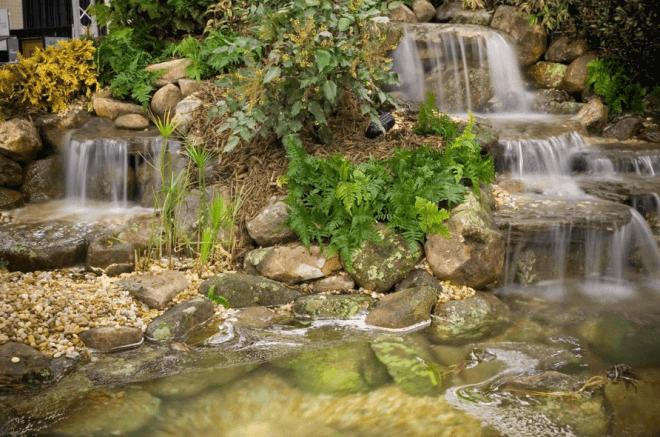Водопад в японском каменном саду.
