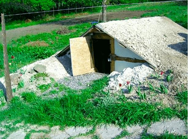 Пример двускатной крыши на погребе.