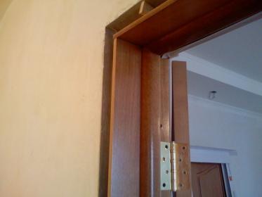 Монтаж доборных планок в дверном проеме
