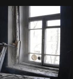 Демонтаж старых деревянных окон.