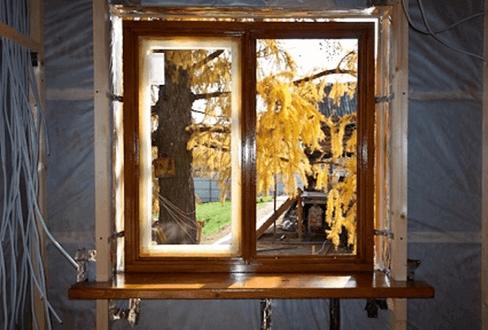 Пластиковое окно на распорках и креплениях перед запениванием.