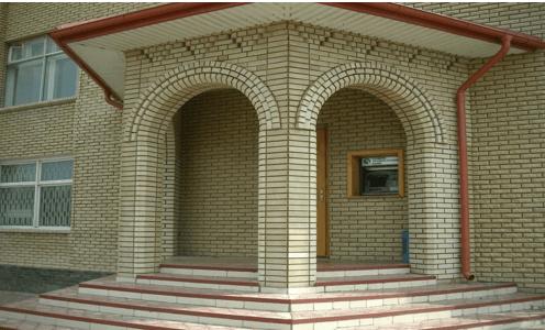 Кирпичные арки на входе в здание являются прекрасными элементами декора